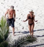 http://img184.imagevenue.com/loc917/th_51140_Britney_Spears_2009-05-19_-_on_the_beach_in_the_Carribbean_1134_122_917lo.jpg